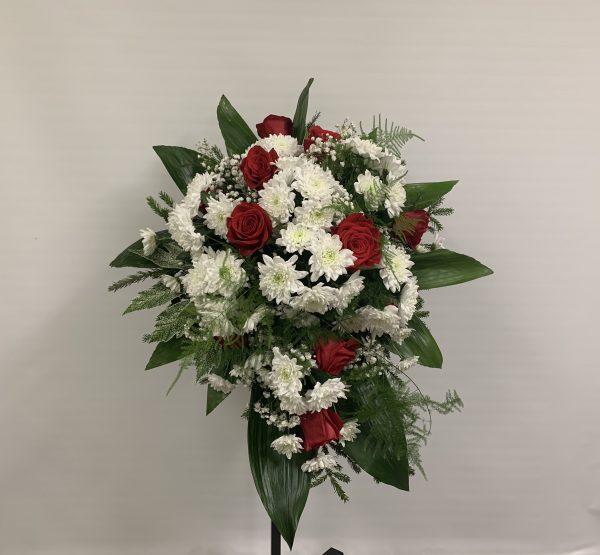 Krüsanteemide ja roosidega leinaseade